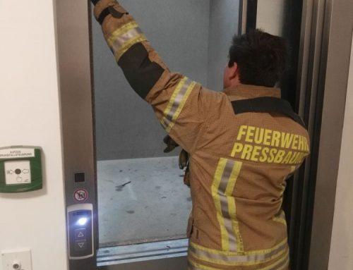 Person aus Aufzug befreit